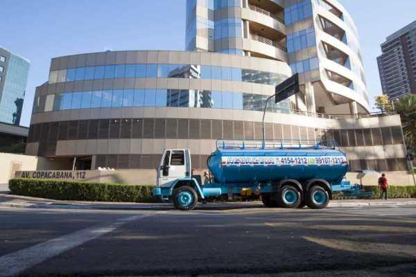 transporte de água para abastecimento de Hospitais