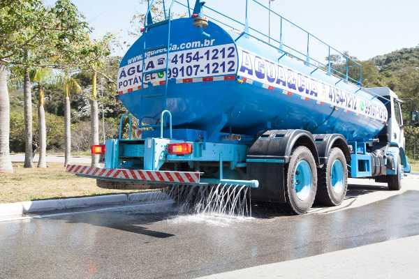 transporte de água para limpeza de vias