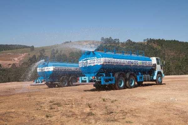 transporte de água para assento de poeira em obras