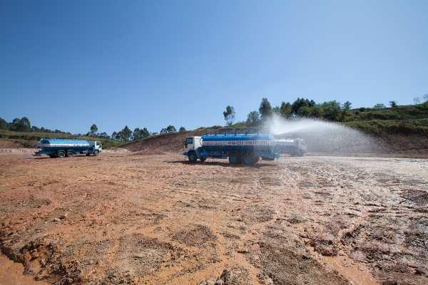 transporte de água para umectação de solo em obras