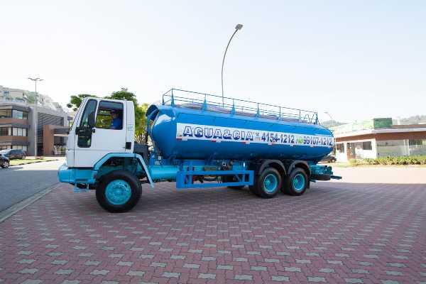 Transporte de água para condomínios residenciais