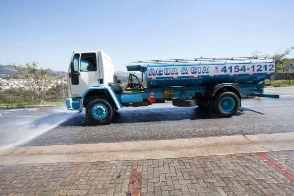 trasnporte de água para lavagem de patios