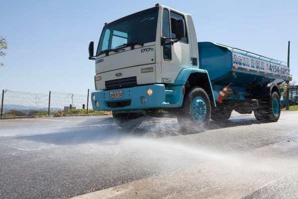 trasnporte de água para lavagem de ruas