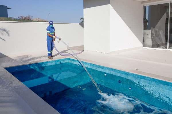 Transporte de água para abastecimento de piscinas